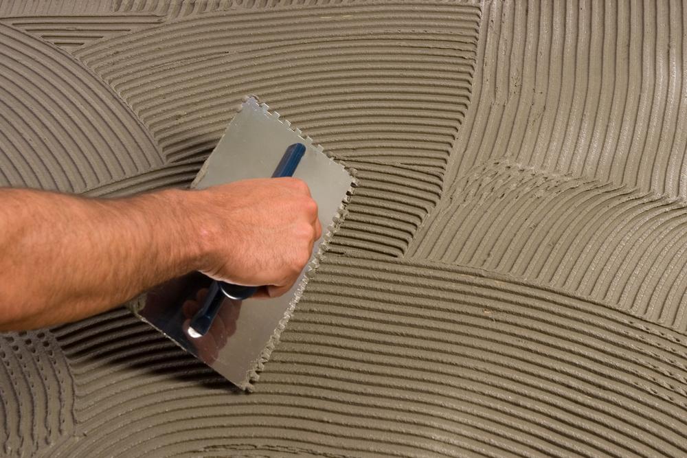 При помощи плиточного клея можно устранить трещины на базовой поверхности