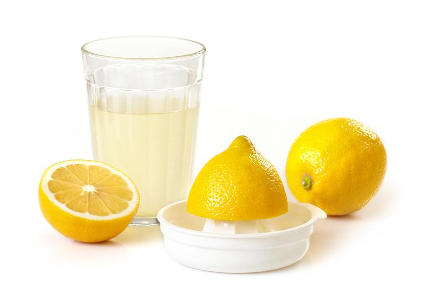 Устранить плесень или ржавчину с линолеума помогает сок лимона