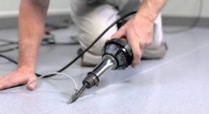 Горячая сварка производится шнуром, который плавят в стык линолеума
