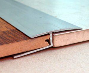 Алюминиевый ламель позволяет очень быстро выполнить укладку напольного покрытия