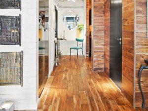 Ламинат обладает износостойкостью, поэтому его хорошо использовать на стене в коридоре, где другая облицовка может быстро испортиться