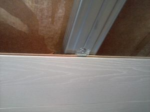 Кляймели помогут закрепить ламинат даже на потолке