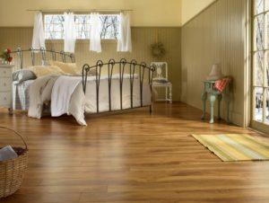 В спальне можно использовать более дешевый ламинат