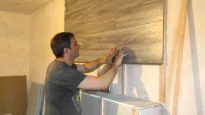 При монтаже между ламинатом и стеной оставляют зазор