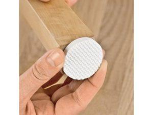 Использование накладок на ножки мебели позволит сохранить ламинат