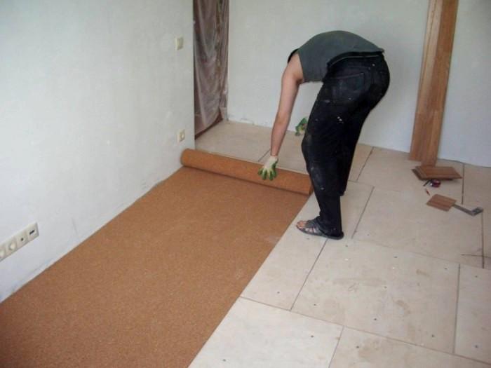 Для линолеума, укладываемого на бетонное основание, применяется фольгированная подкладка.универсальный комбинированный материал при производстве подвергается обработке противогрибковыми препаратами, а также антипиренами, исключающими риск появления насекомых.