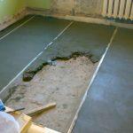 Процесс выравнивания полов цементом