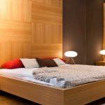 Спальная стена отделанная ламинатом