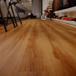 Кварц-виниловый ламинат на полу
