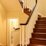Сочетание ламинированной лестницы с интерьером
