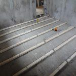 Выравнивание полов цементом и брусьями