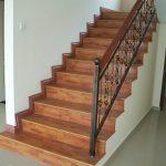 Коричневый ламинат на лестнице
